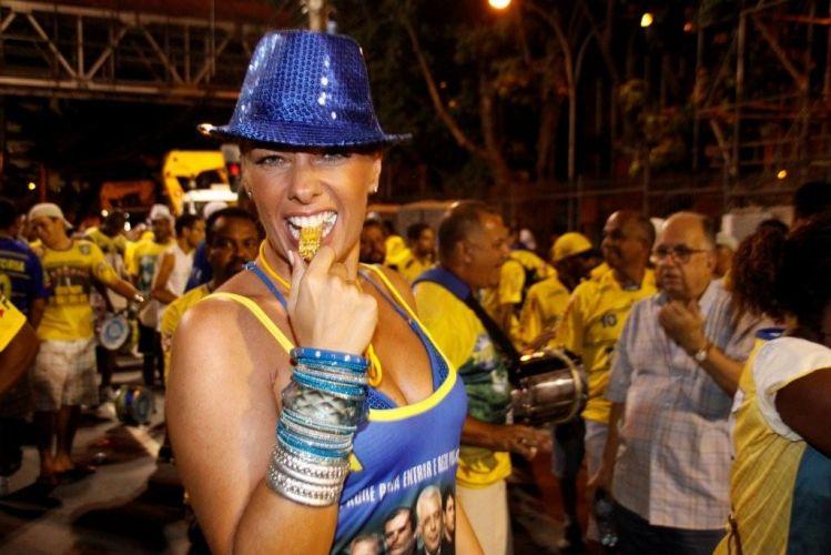 Adriane Galisteu brinca com um apito durante o ensaio técnico da Unidos da Tijuca na Marquês de Sapucaí, no Rio (10/2/2011). A apresentadora é rainha de bateria da agremiação, que este ano virá com o enredo