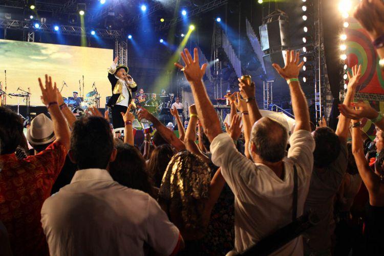 O cantor Alceu Valença fez seu último de três shows no Marco Zero, na cidade de Recife (9/3/2011). Público compareceu em peso à apresentação