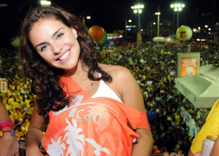 Atriz Paloma Bernardi curte a folia no trio de Alexandre Peixe, no circuito Barra-Ondina, no terceiro dia do Carnaval em Salvador (05/03/2011)