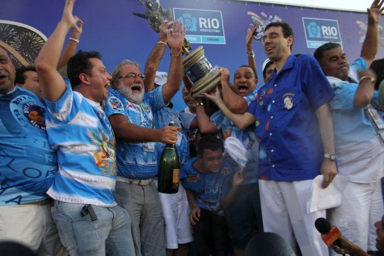 Na praça da Apoteose, membros da escola fluminense Beija-Flor de Nilópolis comemoram sexto título desde 2002 com enredo
