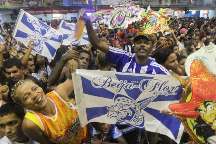 Integrantes da escola comemoram vitória do Carnaval 2011 na quadra da Beija-Flor, em Nilópolis, no Rio (09/03/2011)