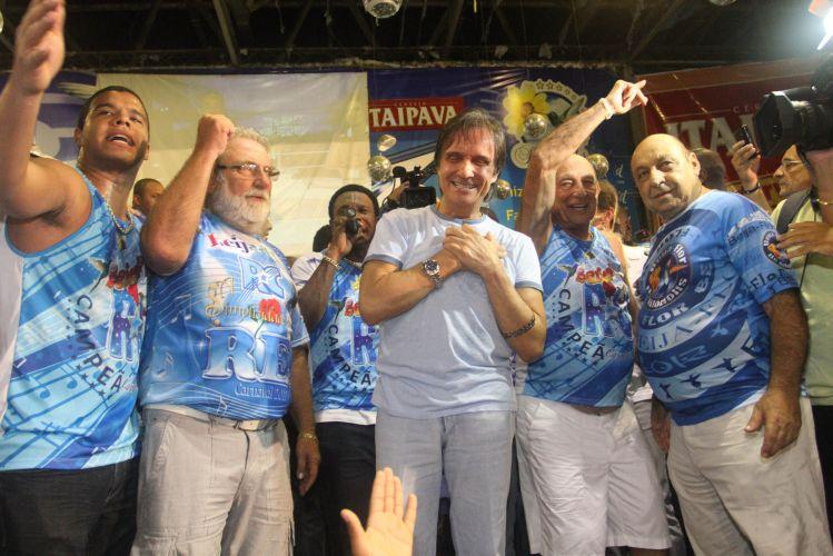 Roberto Carlos é ovacionado na quadra da Beija-Flor após a conquista do título da escola. O cantor disse ao público da quadra que esta é maior homenagem que recebeu na vida (09/03/2011)