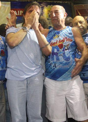 Ao lado do presidente de honra da escola, Anísio Abraão David, Roberto Carlos se emociona ao falar para o público (09/03/2011)