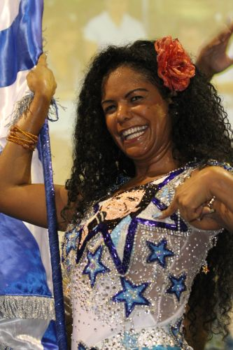 Porta-bandeira da Beija-Flor, Selminha Sorriso comemora o 12º título da escola na quadra da agremiação (09/03/2011)