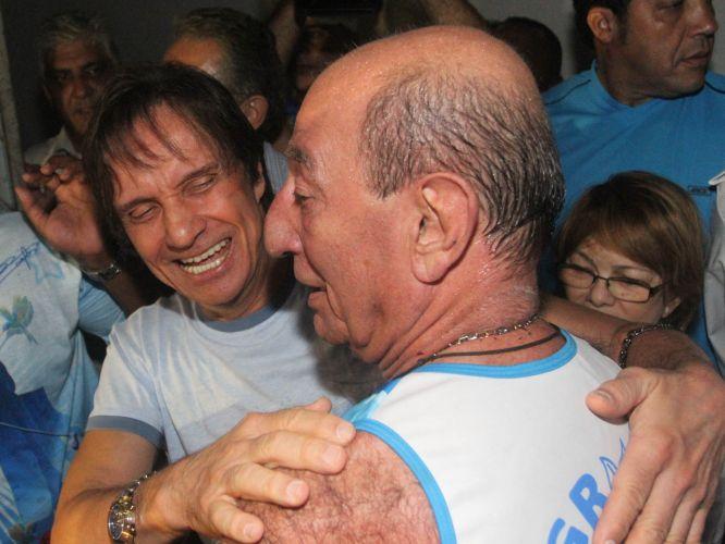 Roberto Carlos abraça o presidente de honra da escola, Anísio Abraão David (09/03/2011)