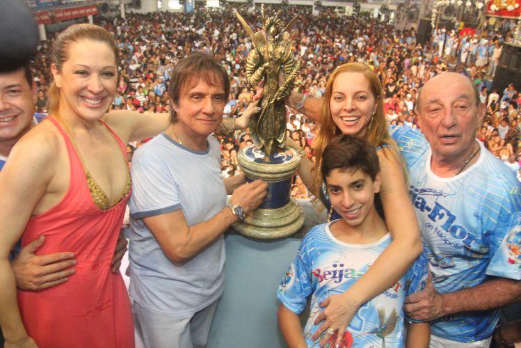 Na quadra da Beija-Flor, o cantor Roberto Carlos segura troféu do campeonato da escola, ao lado da atriz Cláudia Raia (e), que desfilou na comissão de frente (09/03/2011)