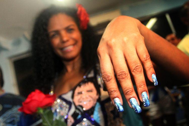 Selminha Sorriso, porta-bandeira da Beija-Flor, mostra unhas pintadas homenageando a agremiação (09/03/2011)