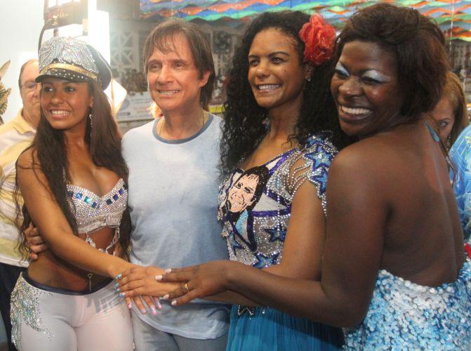 Da esq. para a dir., Raíssa Oliveira -- rainha de bateria da escola --, a porta-bandeira Selminha Sorriso e Sonia Capeta posam com Roberto Carlos (09/03/2011)