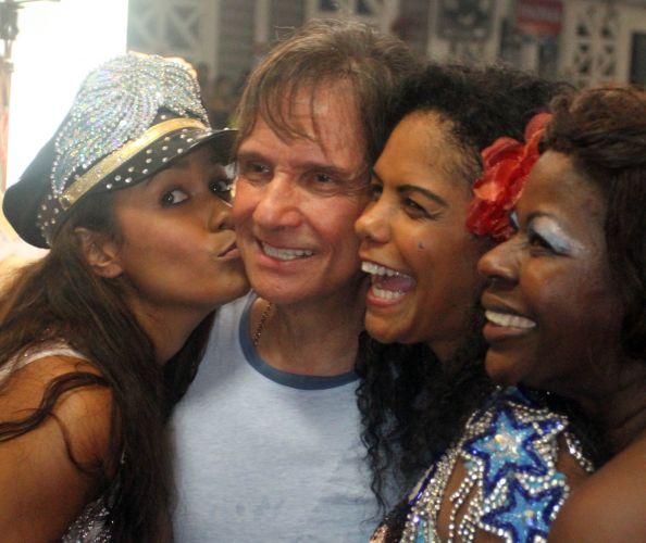 Da esq. para a dir., Raíssa Oliveira -- rainha de bateria da escola --, a porta-bandeira Selminha Sorriso e Sonia Capeta posam com Roberto Carlos na festa do título da Beija-Flor (09/03/2011)