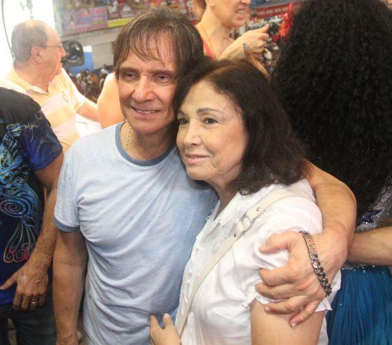 Roberto Carlos posa com a irmã, Norma, na quadra da Beija-Flor (09/03/2011)