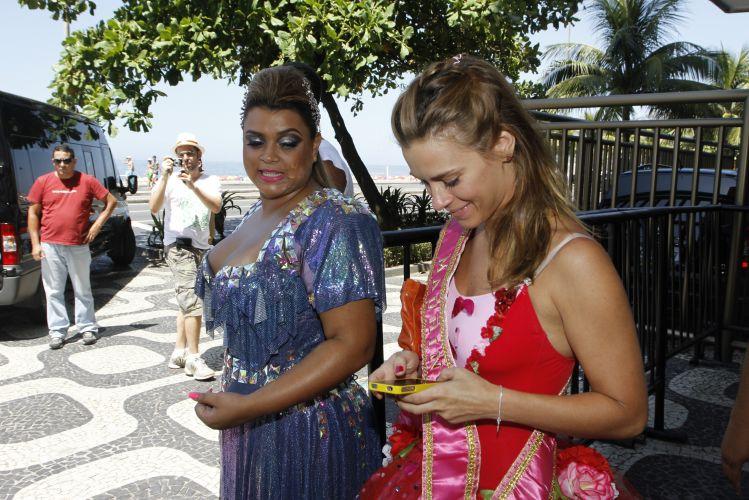 Preta Gil e Carolina Dieckmann se preparam para o desfile do Bloco da Preta pela Avenida Vieira Souto, em Ipanema, Rio de Janeiro (27/02/2011)