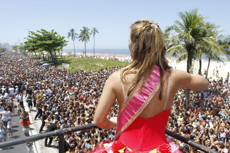 A atriz Carolina Dieckmann curte o bloco comandado por Preta Gil na Avenida Vieira Souto, em Ipanema, Rio de Janeiro, neste domingo (27/02/2011)