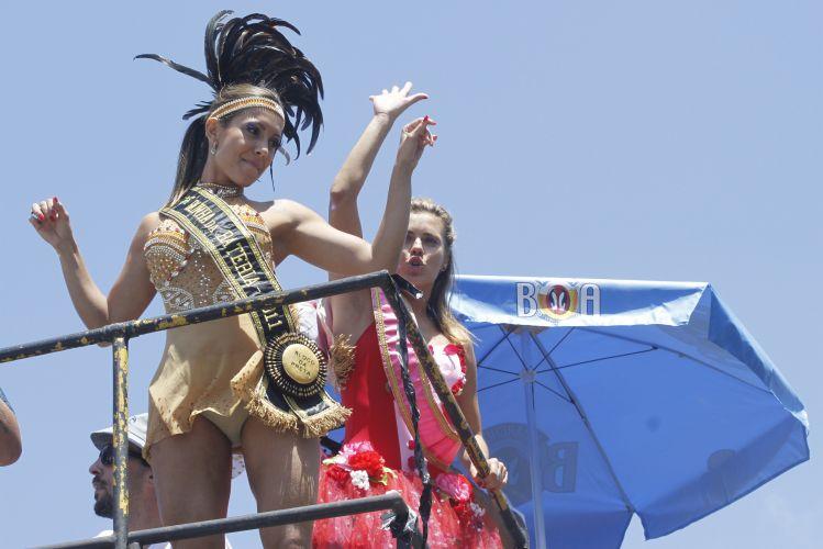Lia Khey e Carolina Dieckmann dançam em cima do trio elétrico comandado por Preta Gil. O Bloco da Preta desfilou na Avenida Vieira Souto, em Ipanema, no domingo (27/02/2011)
