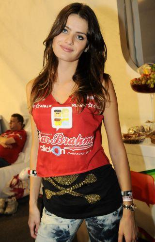 A modelo Isabeli Fontana assiste ao desfile das campeãs do Carnaval de São Paulo, nesta sexta-feira (11/03/2011)