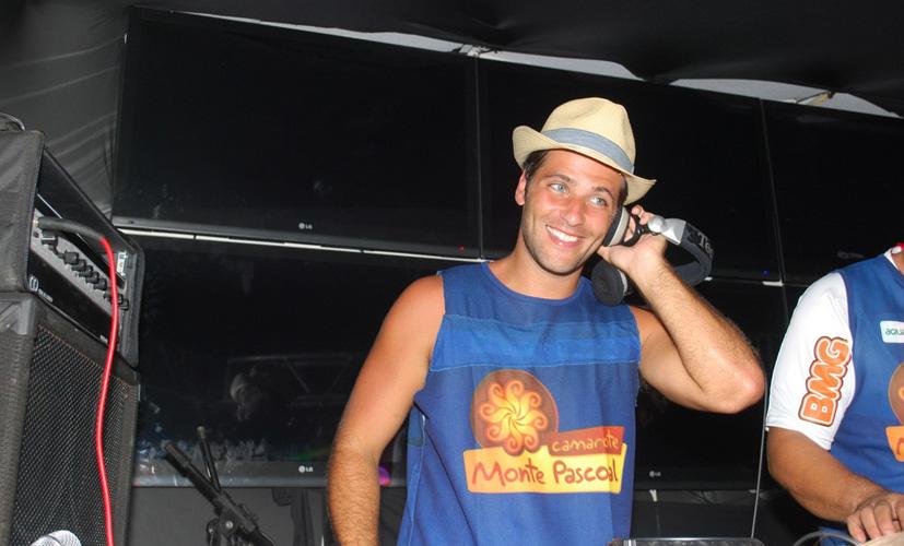 Bruno Gagliasso se diverte nas pickups em camarote no Carnaval de Salvador (BA). Mais cedo, o ator aproveitou o dia de sol ao lado da esposa Giovana Ewbank (04/03/2011)