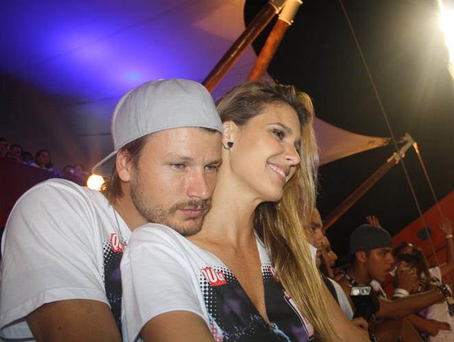 Rodrigo Hilbert e Fernanda Lima assistem a passagem dos trios em camarote no Carnaval de Salvador (BA)