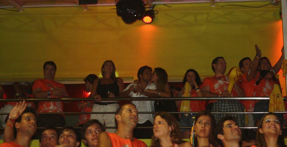 O ator Bruno Gagliasso (ao centro, de camiseta branca), ganha beijo da esposa Giovana Ewbank em camarote do Carnaval de Salvador (05/03/2011)