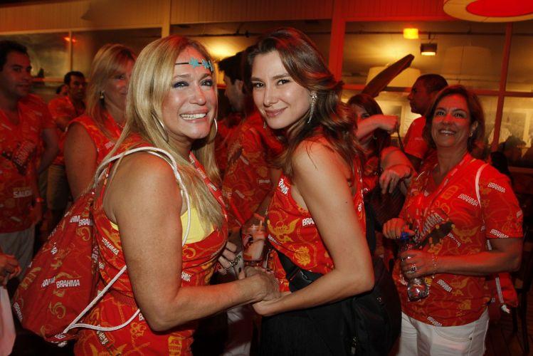 As atrizes Susana Vieira e Lavínia Vlasak dão um tempo na conversa e posam para os fotógrafos, neste sábado (12), noite do desfile das campeãs do Carnaval carioca (12/03/2011)