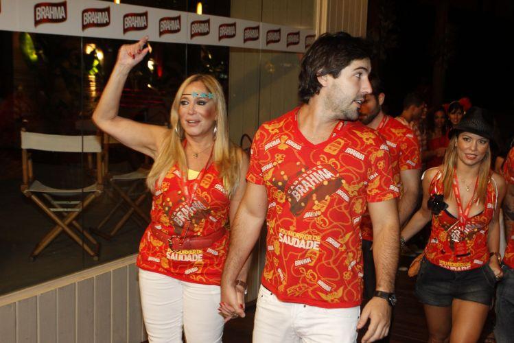 Susana Vieira e Sandro Pedroso se divertem na Marquês de Sapucaí, Rio de Janeiro (12/03/2011)