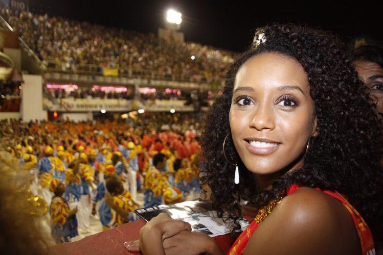 A atriz Taís Araújo assite ao desfile das escolas de samba campeãs do Carnaval do Rio, neste sábado (12/03/2011)