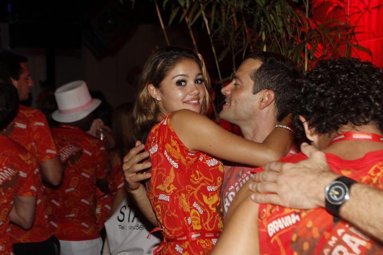 O casal Sophie Charlotte e Malvino Salvador, que acaba de completar um ano de relacionamento, namora em um dos camarotes da Marquês de Sapucaí, no sábado, durante o desfile das escola de samba campeãs do Carnaval carioca (12/03/2011)