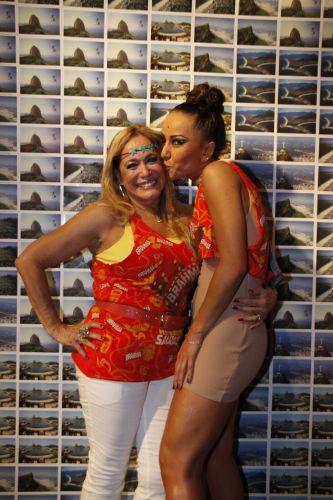 Susana Vieira ganha beijo de Sabrina Sato na Marquês de Sapucaí, no sábado, no Rio de Janeiro (12/03/2011)
