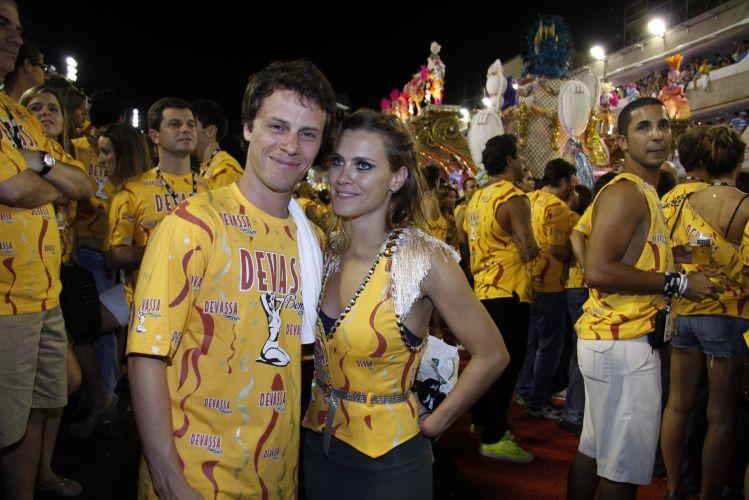 O casal Tiago Worcman e Carolina Dieckmann curte o desfile das campeãs do Carnaval carioca, na Marquês de Sapucaí (12/03/2011)