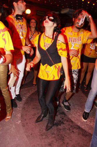 Bárbara Paz dança durante o desfile das campeãs do Carnaval carioca, na noite de sábado, na Marquês de Sapucaí (12/03/2011)