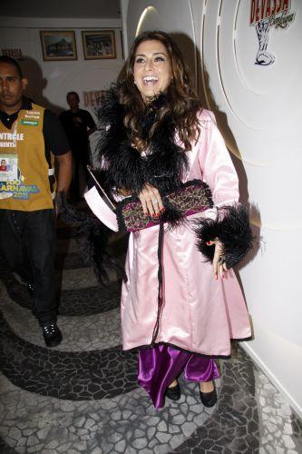 Fernanda Paes Leme se fantasia para desfilar na noite das escolas campeãs do Carnaval carioca, na Marquês de Sapucaí (12/03/2011)