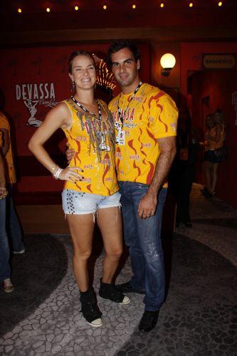 A modelo Letícia Birkheuer e o namorado, o joalheiro Alexandre Furmanovitch, se divertem na Marquês de Sapucaí, Rio de Janeiro (12/03/2011)