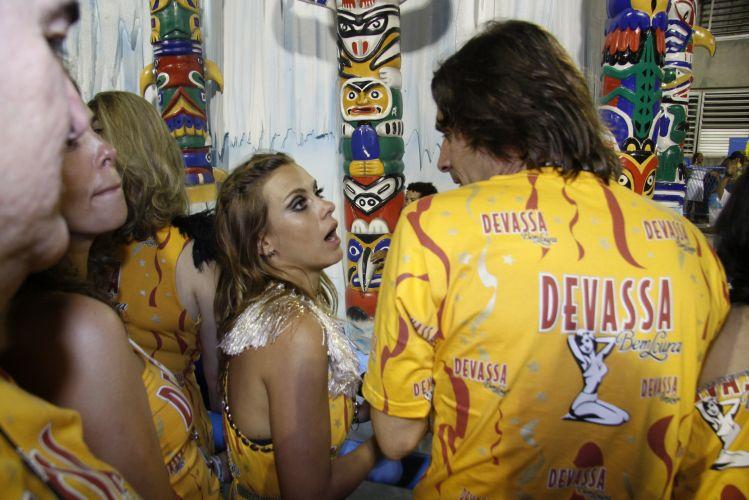 Carolina Dieckmann conversa com Murilo Rosa durante o desfile das campeãs do Carnaval do Rio, neste sábado (12/03/2011)