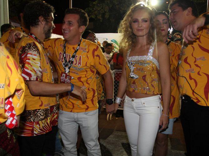 O casal Luciano Huck e Angélica (ao centro) chegam em camarote do carnaval carioca para curtir 1º dia de desfiles na cidade (06/03/2011)
