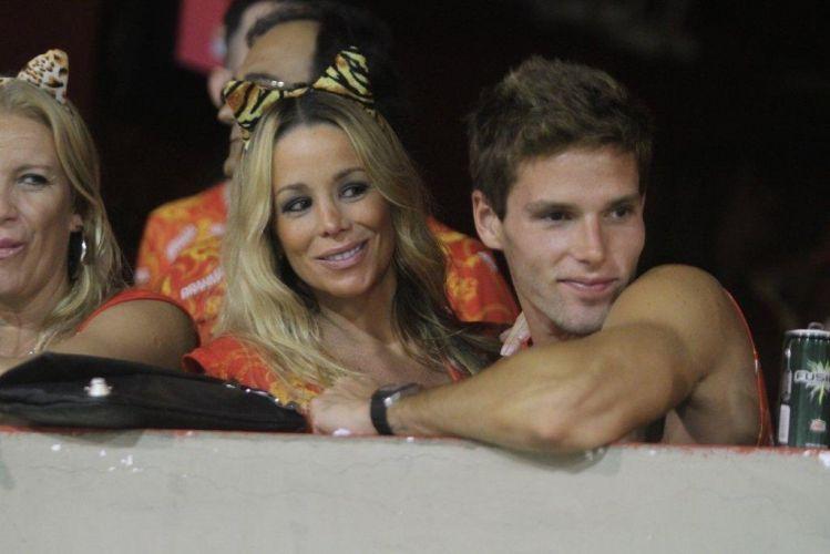 O casal Danielle Winits e Jonatas Faro assiste aos desfiles em camarote no Rio de Janeiro (6/3/2011)