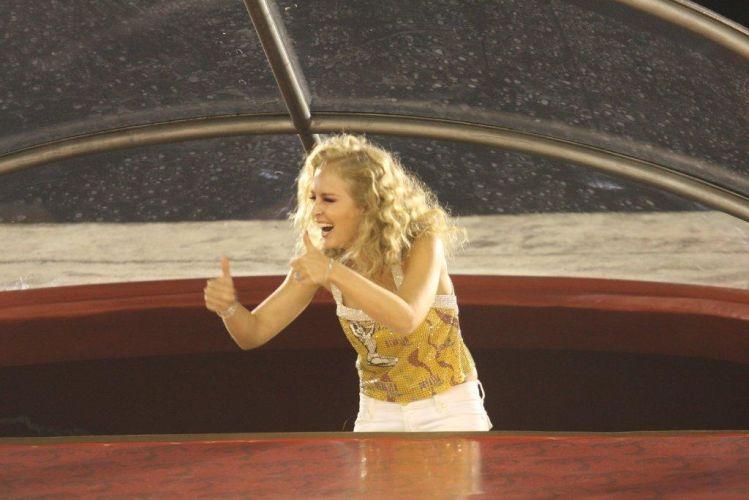 Em camarote, Angélica brinca com os fãs no desfile das escolas de samba do Rio de Janeiro (6/3/2011)