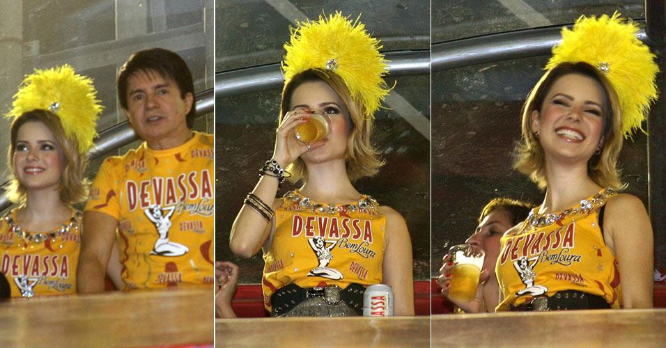 Depois de declarar que não gosta do gosto da cerveja, Sandy bebe no camarote da marca de cerveja da qual é garota propaganda, ao lado do pai, Xororó (6/3/2011)