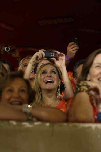 Susana Vieira observa desfile de Carnaval do Rio de Janeiro. Apoiada no parapeito do camarote, a atriz Nicete Bruno (6/3/2011)