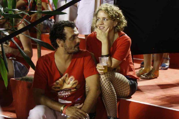 A atriz Leandra Leal assiste ao desfile das escolas de samba do Rio de Janeiro sentada no camarote (6/3/2011)