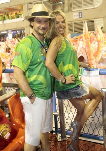 Adriane Galisteu e o marido, Alexandre Iódice, assistem aos desfiles do 2º dia de Carnaval do Rio de Janeiro (07/03/2011)