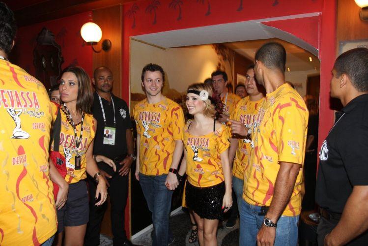 Acompanhada do marido, o músico Lucas Lima, Sandy chega ao camarote da cervejaria da qual é garota-propaganda no 2º dia de desfiles do Rio de Janeiro (07/03/2011)