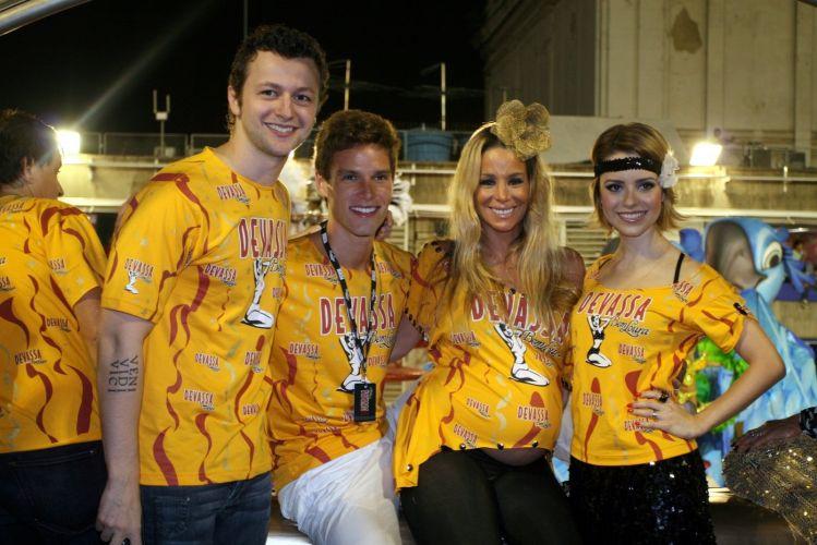 Lucas Lima, Jonatas Faro, Danielle Winits e Sandy posam para foto no camarote da cervejaria de que a cantora é garota-propaganda (07/03/2011)