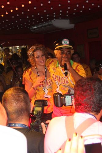 Leandra Leal e Ivo Meirelles cantam juntos em camarote do Carnaval carioca (7/3/2011)