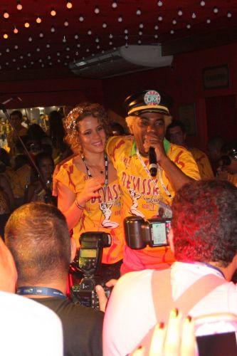 Leandra Leal e Ivo Meirelles cantam juntos em camarote do Carnaval carioca (7/3/2011)