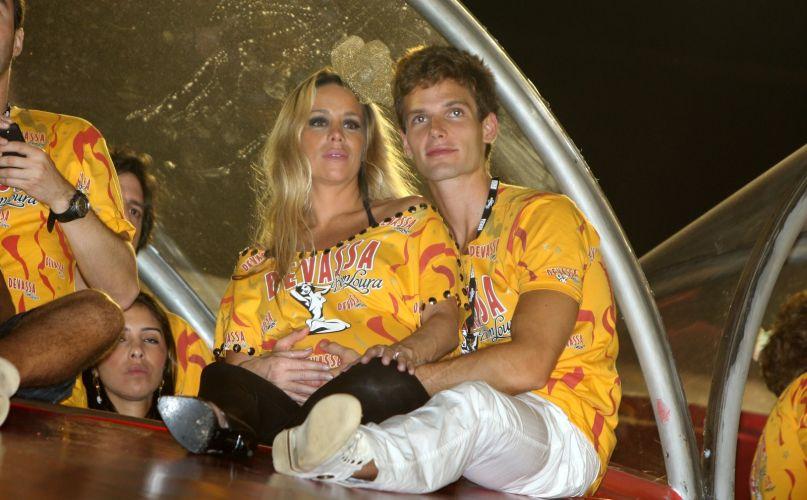Jonatas Faro faz carinho na barriga de Dani Winits, que está grávida, enquanto assistem aos desfiles na Sapucaí (7/3/2011)