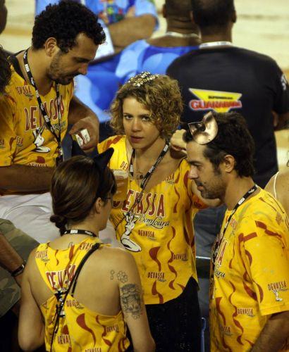 Leandra Leal assistiu aos desfiles das escolas de samba no camarote de uma cervejaria, ao lado do namorado, uma amiga e de Bruno Mazzeo (7/3/2011)