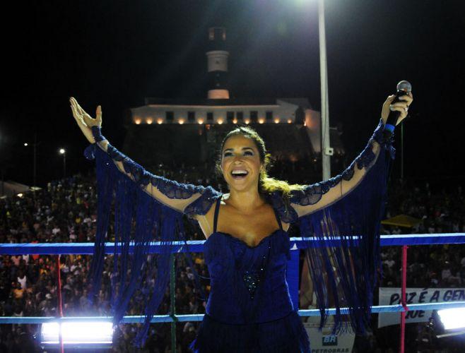 ?Hoje é o dia da dança, vamos nos divertir muito até o final do desfile?, disse Daniela Mercury na segunda de Carnaval em Salvador (07/03/2011)