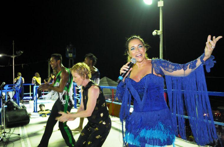 A bailarina Deborah Colker dançou com Daniela Mercury no circuito Barra-Ondina, no Carnaval de Salvador (07/03/2011)