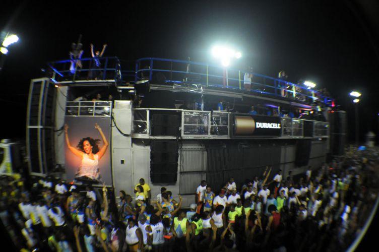 Daniela Mercury anima os foliões no trio Crocodilo, no circuito Barra-Ondina, no Carnaval de Salvador (07/03/2011)