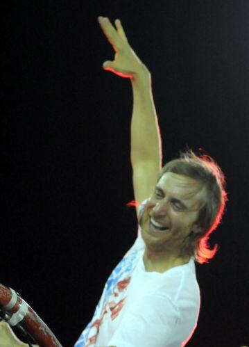 O DJ David Guetta, que já gravou com Akon e Rihanna anima os foliões em Salvador (9/3/2011). O DJ francês foi uma das atrações internacionais no Carnaval de Salvador, que teve também o integrante do Black Eyed Peas will.i.am (9/3/2011)