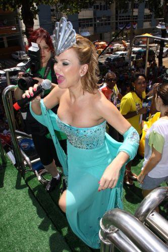 Eliana chega com tomara-que-caia turquesa, criado pela grife Neon especialmente para o Carnaval de Salvador (05/03/2011)