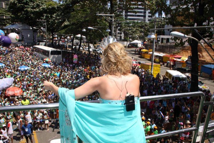 Eliana agita o público, composto por famílias com crianças, em cima do bloco Happy, que atravessou o Barra-Ondina no terceiro dia de folia baiana (05/03/2011)